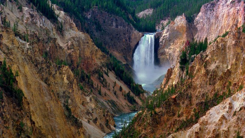 One of the things anyone must see in Yellowstone, Artist Point Falls cuts through a reddish canyon