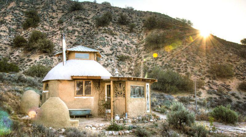 Earthy Desert Abode: Quail Springs Earthenhouse (CA)