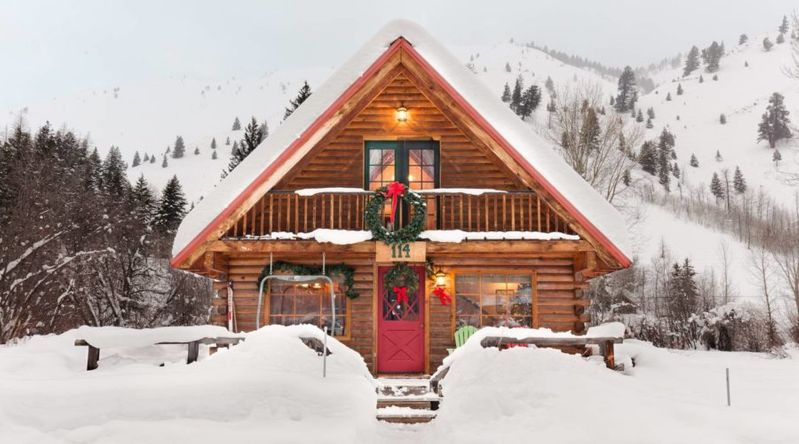 Cozy log cabin in Ketchum in the snow decorated for the holidays